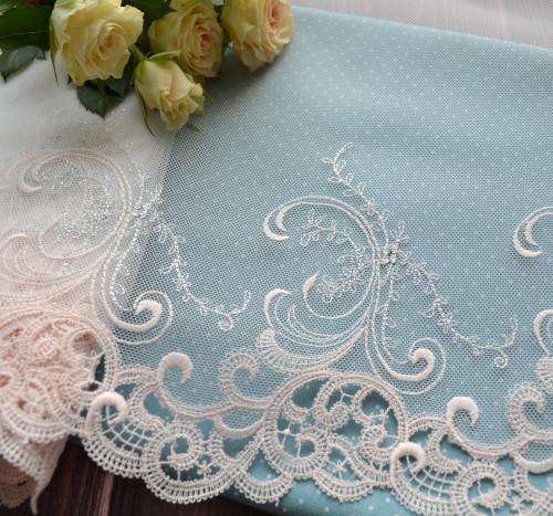 • Кружево на сетке с серебряной нитью. Для пошива кукольной одежды, декора одежды и прочего рукоделия. Ширина: 21см. Цена указана за 0,5 ярда(45см).