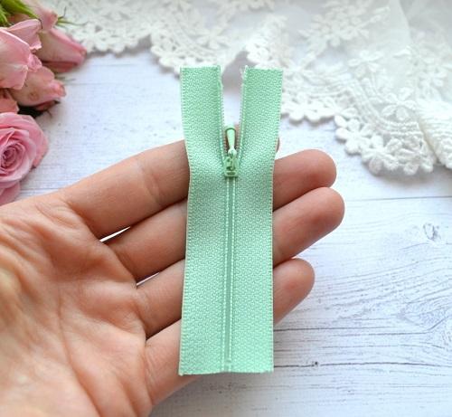 • Молния бледно-зеленая. Размер 9 * 2,1 см Цена указана за 1 шт.