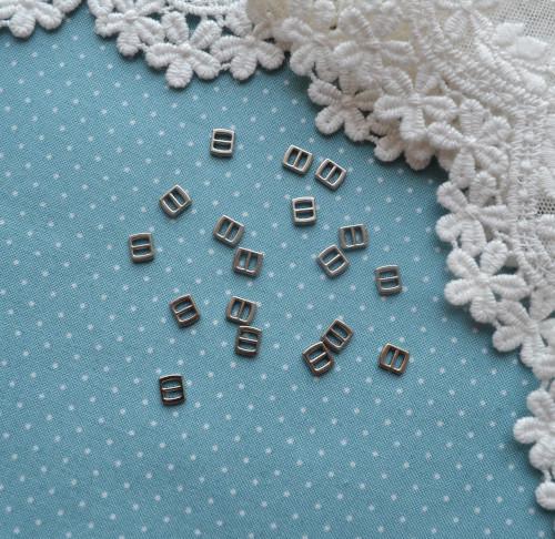 Мини пряжка для кукольной одежды 6*5мм серебро 4 шт. • MF17