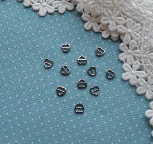 Пряжка сердечко для кукольной одежды черное серебро - • MF41