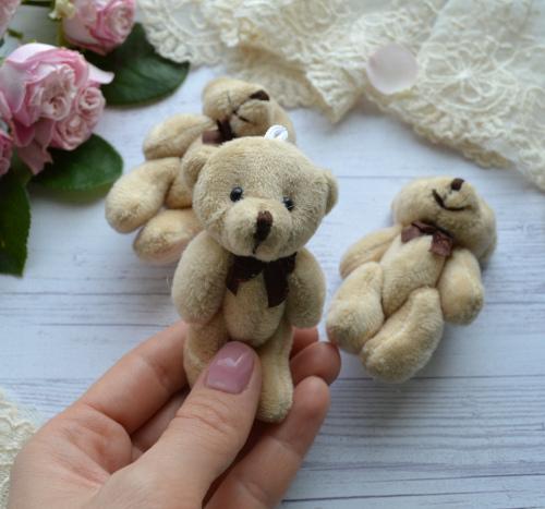 Мишка для куклы коричневый с бантом 8см
