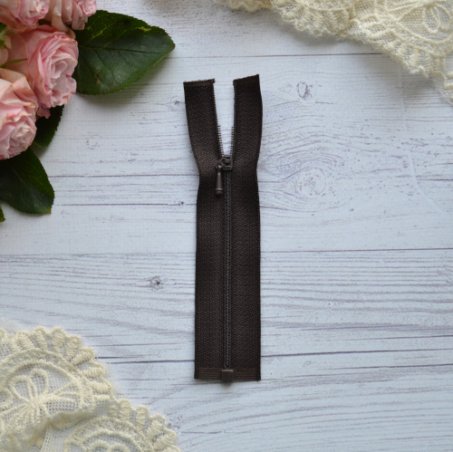 • Молния коричневая. Размер 11 * 2,6 см Цена указана за 1 шт.