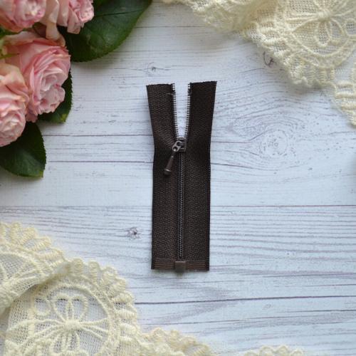 • Молния коричневая. Размер 8 * 2,4 см Цена указана за 1 шт.