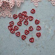 Пряжка для кукольной одежды красное сердце 6*6мм