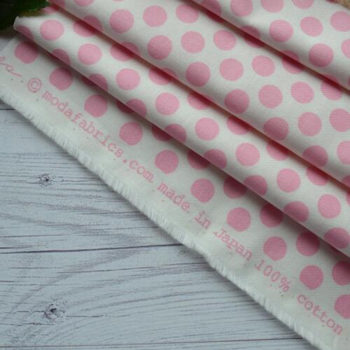 • Хлопковая ткань для рукоделия и пэчворка.  Американский хлопок в розовые кружки.  Ширина ткани 110см.  Цена указана за 1 отрез.  1 отрез – 24*55см.  2 отреза - 24*110см.