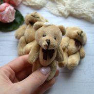Мишка для куклы коричневый с бантом 9см