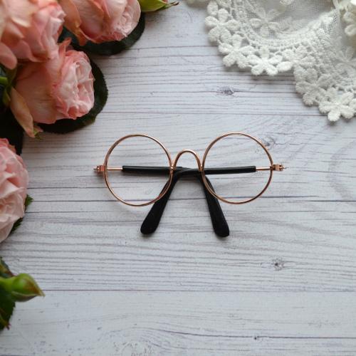 • Очки с золотой оправой без линз. Размер 8*3 см. Цена указана за 1 шт.