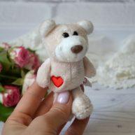 Игрушка для куклы Мишка с сердечком 11 см ALB76